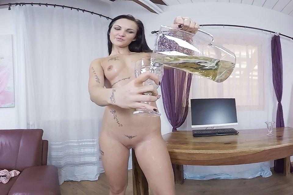Isabel Gets Wet VR Porn Video